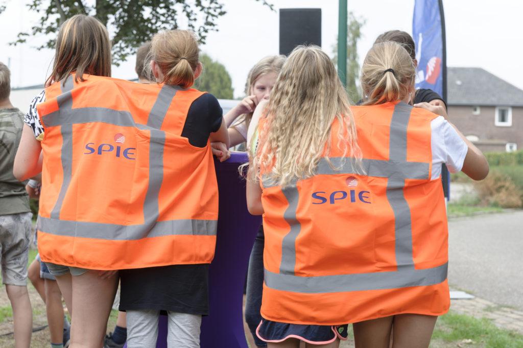 Meisjes met hesjes aan van SPIE, aannemer voor glasvezel in Land van Cuijk