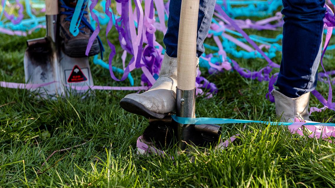 Schop in de grond bij eerste graafmoment glasvezel