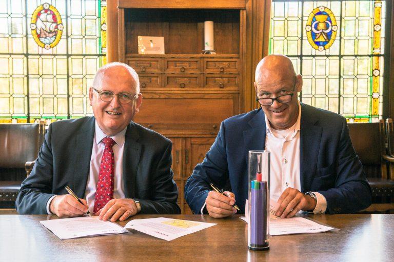 Wethouders Deurne tekenen voor glasvezel