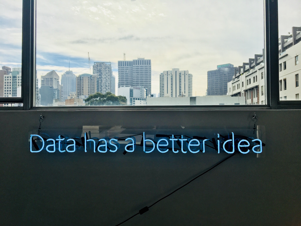 Raam met tekst eronder: data has a better idea